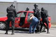 """Polizeigruppen-Fangterroristen mit Bombe in einem Auto in der Stadt von Sofia, Bulgarien †""""Sept, 11,2007 Kriminelle Szene verbr lizenzfreies stockfoto"""