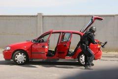"""Polizeigruppen-Fangterroristen mit Bombe in einem Auto in der Stadt von Sofia, Bulgarien †""""Sept, 11,2007 Kriminelle Szene verbr lizenzfreie stockfotos"""