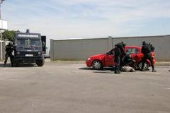 """Polizeigruppen-Fangterroristen mit Bombe in einem Auto in der Stadt von Sofia, Bulgarien †""""Sept, 11,2007 Kriminelle Szene verbr lizenzfreie stockfotografie"""