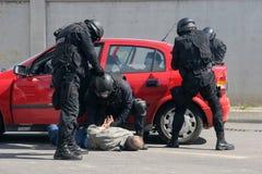 """Polizeigruppen-Fangterroristen mit Bombe in einem Auto in der Stadt von Sofia, Bulgarien †""""Sept, 11,2007 Kriminelle Szene verbr lizenzfreies stockbild"""