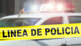 Polizeilinie auf spanisch mit Polizeilichtern lizenzfreies stockfoto
