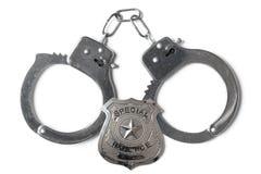 Polizeimarke und Handschellen - Foto auf Lager Lizenzfreie Stockfotos