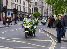 Polizeimotorradeskorte in London, Großbritannien Stockfotos