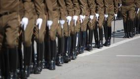 Polizeischüler in einer Parade stock video