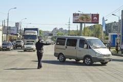 Polizeistraßenservice regulieren Verkehr mit einer Stange Stockfotos