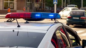 Polizeistreifenwagen mit dem Blitzen Stockfoto