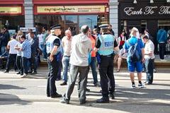 Polizeiverbindungsoffiziere, die mit der Öffentlichkeit sprechen Stockfoto