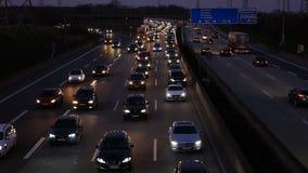 Polizeiwagen-Antriebe durch einen Stau stock footage