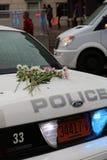 Polizeiwagen Ashevilles NC im Regen mit Blumen während Frau ` s März Stockfotos