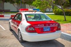Polizeiwagen auf der Straße von Abu Dhabi Stockfotografie