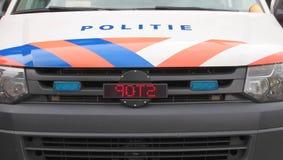 Polizeiwagen in den Niederlanden mit Logo, Politie-Text auf Front und Zeichen HALT lizenzfreies stockfoto