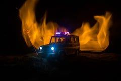 Polizeiwagen, der ein Auto nachts mit Nebelhintergrund jagt Polizeiwagen mit 911 Notfallschutzen, der zur Szene des Verbrechens b lizenzfreie abbildung