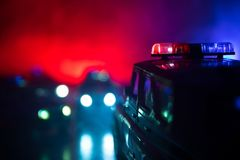 Polizeiwagen, der ein Auto nachts mit Nebelhintergrund jagt Polizeiwagen mit 911 Notfallschutzen, der zur Szene des Verbrechens b lizenzfreies stockfoto