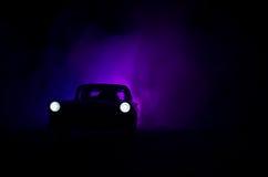 Polizeiwagen, der ein Auto nachts mit Nebelhintergrund jagt Polizeiwagen mit 911 Notfallschutzen, der zur Szene des Verbrechens b Lizenzfreie Stockbilder