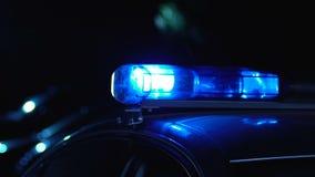 Polizeiwagen, der an der Nacht, an dienenden Leuten und an schützender Nachbarschaft patrouilliert stock video footage
