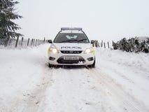 Polizeiwagen im Schnee in Schottland Lizenzfreies Stockbild