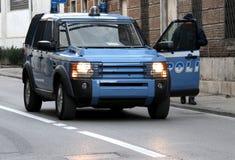 Polizeiwagen mit der Tür offen während einer Straßensperre Lizenzfreie Stockfotografie