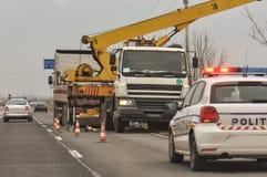 Polizeiwagen und Kran am Unfallort Lizenzfreies Stockbild
