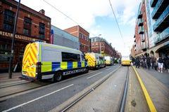 Polizeiwagen, welche die Straße an einem Protest blockieren Stockfotografie