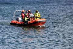 Polizia danese su una barca nel porto di Aarhus, Danimarca immagini stock libere da diritti