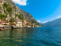 Polizia del sul di Limone, Italia - 21 settembre 2014: Il sentiero costiero con le case Immagini Stock Libere da Diritti