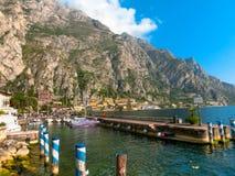 Polizia del sul di Limone, Italia - 21 settembre 2014: Il sentiero costiero con le case e le barche Fotografie Stock Libere da Diritti
