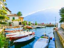 Polizia del sul di Limone, Italia - 21 settembre 2014: Il sentiero costiero con le case e le barche Fotografia Stock Libera da Diritti