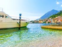 Polizia del sul di Limone, Italia - 21 settembre 2014: Il sentiero costiero con le case e le barche Immagine Stock Libera da Diritti