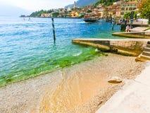 Polizia del sul di Limone, Italia - 21 settembre 2014: Il sentiero costiero con le case e le barche Fotografia Stock