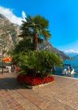Polizia del sul di Limone, Italia - 21 settembre 2014: Il sentiero costiero e le barche Fotografie Stock