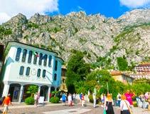 Polizia del sul di Limone, Italia - 21 settembre 2014: La gente che cammina sulla via del villaggio famoso Fotografie Stock