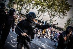 Polizia di tumulto di Mossos in plaça Catalunya, in una protesta di independentist fotografia stock