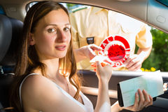 Polizia - donna nella violazione di traffico che ottiene biglietto Fotografie Stock