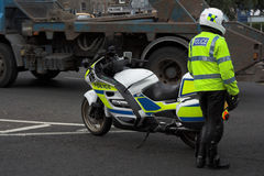 Polizia, poliziotto vicino a policebike Immagine Stock Libera da Diritti