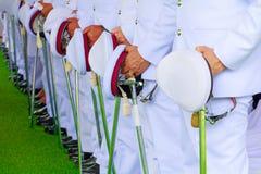 Polizia - spada della tenuta del supporto di fila del soldato nel bianco della camicia di cerimonia Immagine Stock