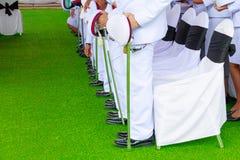 Polizia - spada della tenuta del supporto di fila del soldato nel bianco della camicia di cerimonia Fotografia Stock Libera da Diritti