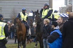 Polizia su a cavallo Fotografia Stock