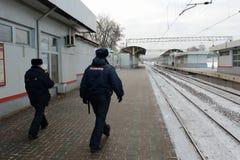 Polizia su un binario ferroviario della stazione Moskva-Tovarnaya Fotografie Stock Libere da Diritti