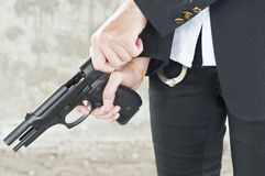 Poliziotta nell'azione. Fotografia Stock