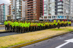 Poliziotti che aspettano papa Francis Popemobile Fotografia Stock Libera da Diritti