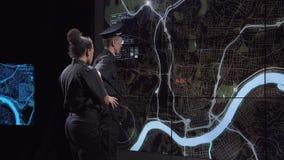 Poliziotti che inseguono gruppo dall'ufficio di sorveglianza stock footage