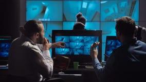Poliziotti che mangiano spuntino nel luogo di lavoro archivi video