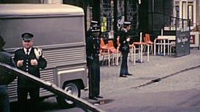 Poliziotti del Belgio in uniforme stock footage