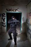 Poliziotto antiterroristico dell'unità durante la missione di notte Immagine Stock