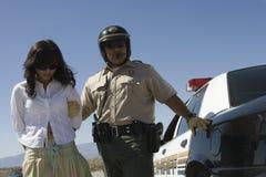 Poliziotto che arresta driver femminile Fotografia Stock Libera da Diritti
