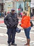 Poliziotto che consiglia un pedone fotografia stock