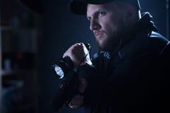 Poliziotto che indica pistola Fotografia Stock