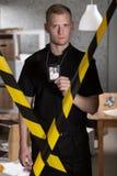 Poliziotto che mostra il distintivo della polizia Fotografie Stock
