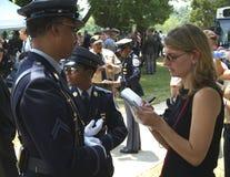 Poliziotto di interviste del reporter fotografia stock libera da diritti