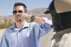 Poliziotto di traffico che prende la prova di sobrietà Fotografia Stock